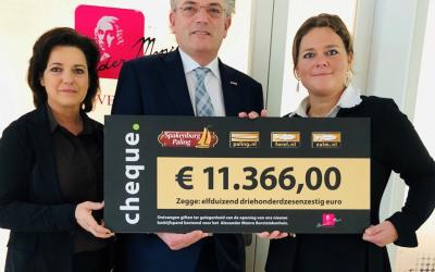 Spakenburg Paling overhandigt cheque aan Alexander Monro Ziekenhuis